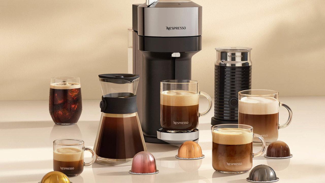 Společnost Nespresso přichází načeský trh snovinkou Vertuo, kávovarem akapslemi, které se svým vzhledem zcela liší odtěch klasických atvarem připomínají třeba polovinu Saturnu, nebo dokonce UFO.