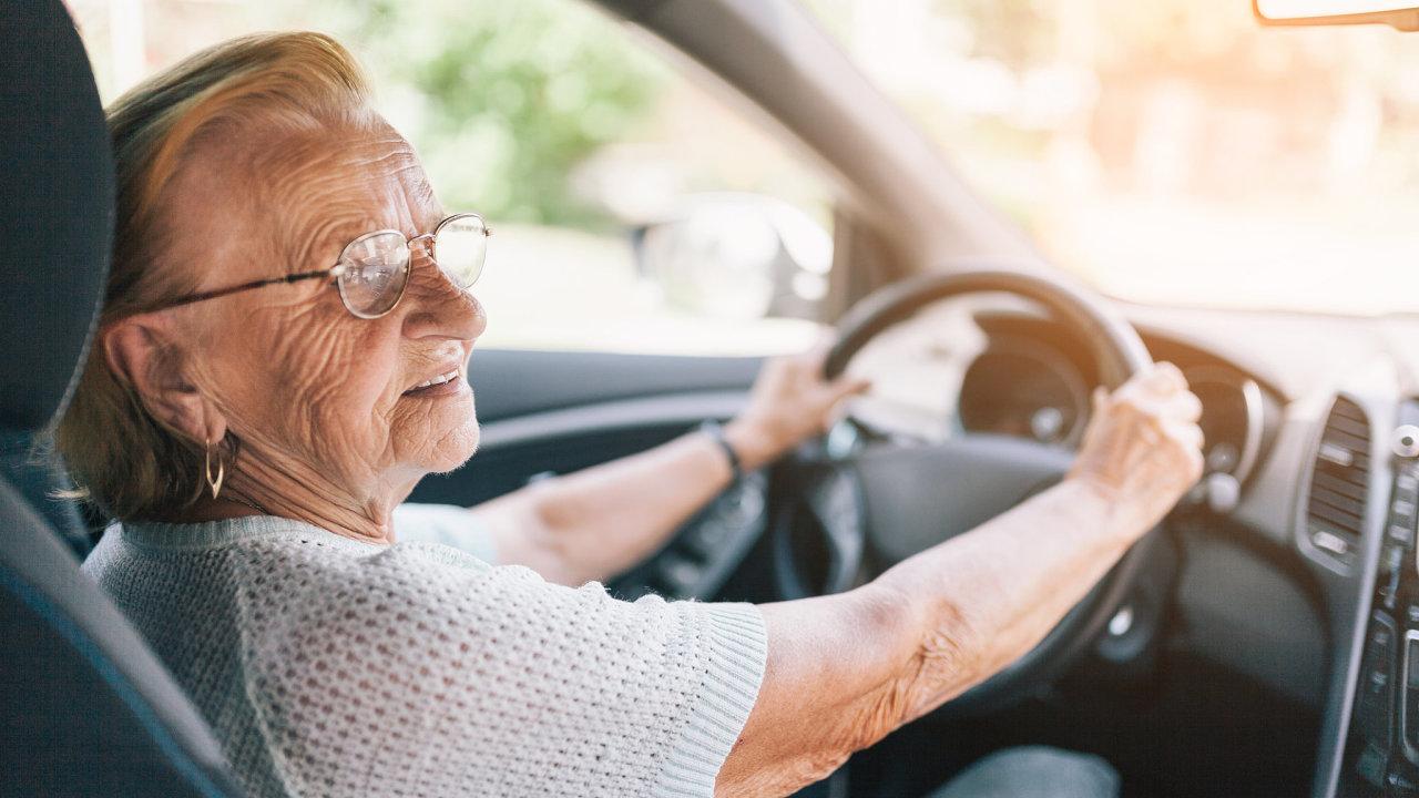 Ví, co má dělat. S rostoucím věkem musí lidé dokazovat řidičské schopnosti, přitom mozek je uchovává bez problémů.