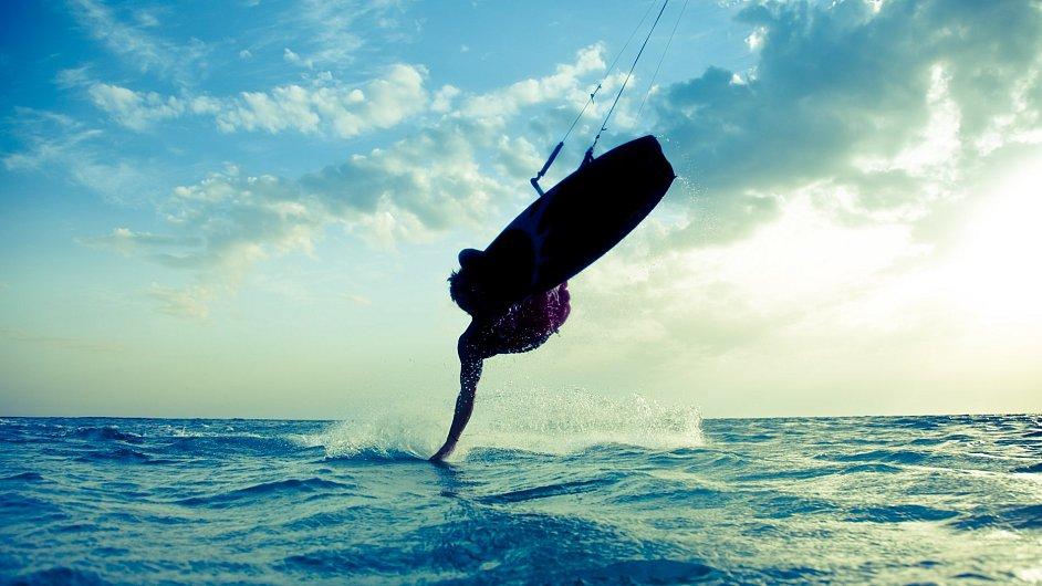 Když je v Melbourne bouřka, pobřeží se plní barevnými draky kitesurfařů.