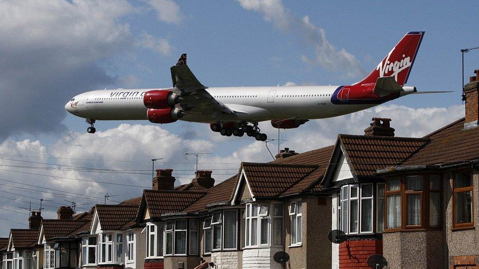 Letadlo Virgin Atlantic Airways nad Londýnem.