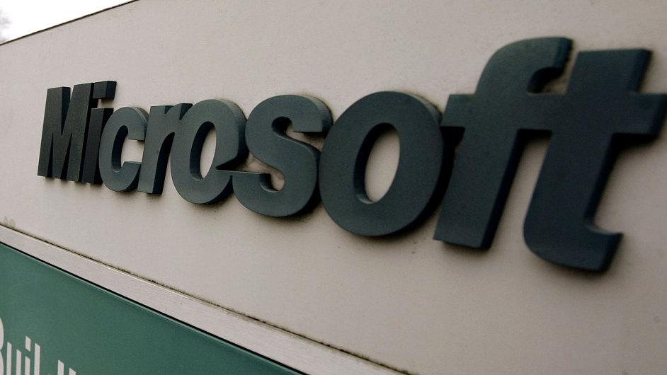 Logo Microsoftu na budově jeho sídla v americkém městě Redmond.