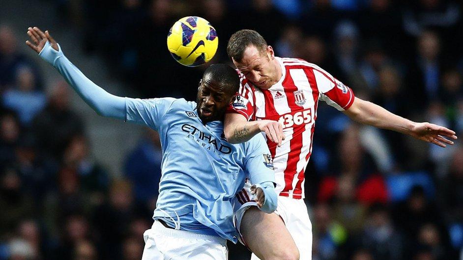 Yaya Touré z Manchesteru City v souboji s Charliem Adamem ze Stoke.