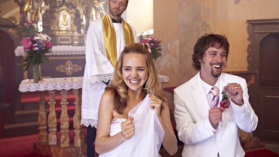 Lucie Vondráčková, Jan Dolanský a Lukáš Langmajer v roli faráře.