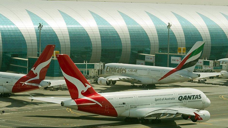 Letouny A380 aerolinek Emirates a Qantas na Terminálu A vDubaji