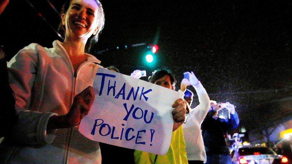 Bostonští obyvatelé hojně vyjadřují policii svou vděčnost.