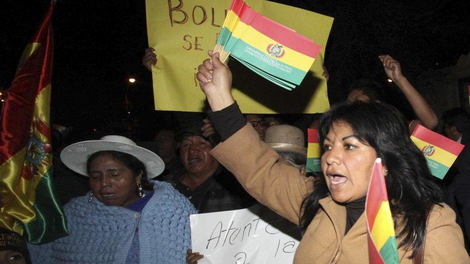 Před evropskými ambasádami v Bolívii se demonstrovalo.