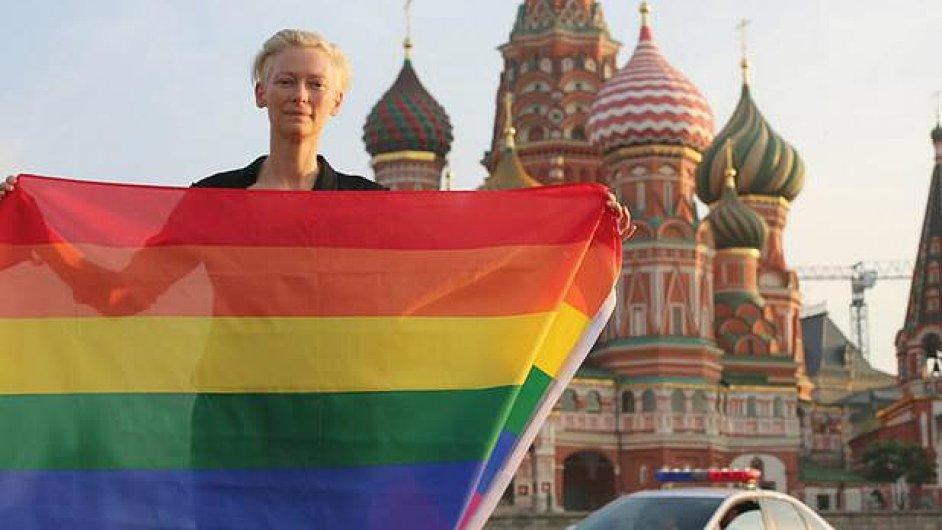 Tilda Swinton pózuje s duhovou vlajkou v Moskvě.