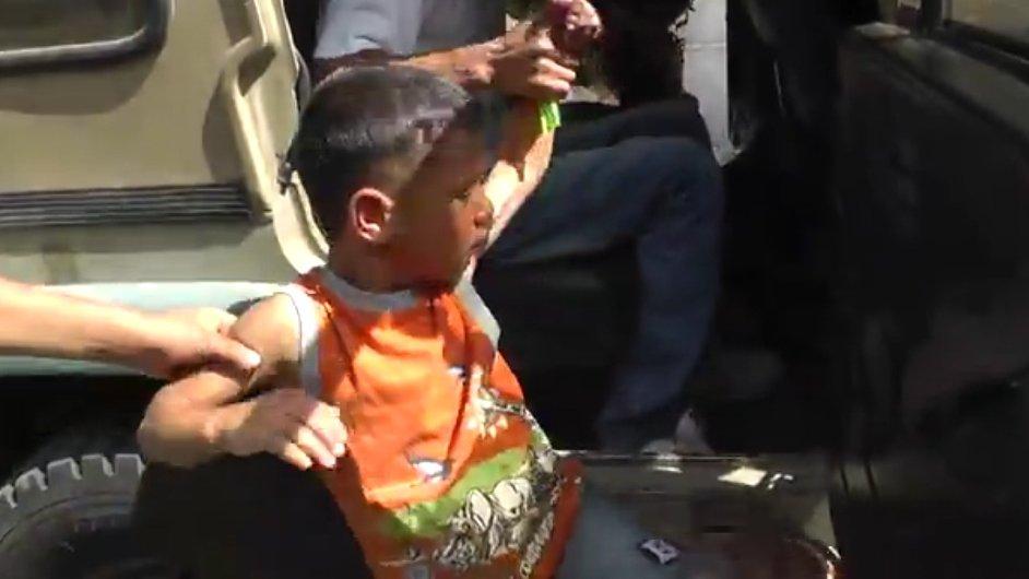 Izraelští vojáci odvážejí pětiletého palestinského chlapce i s jeho doprovodem.