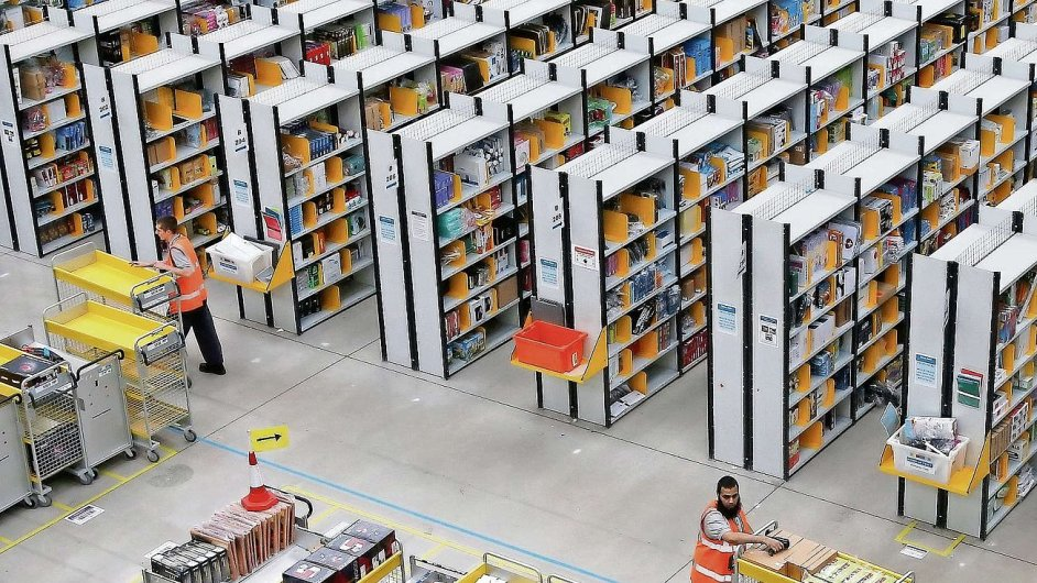 Podobné logistické centrum jako je to v anglickém městě Rugeley chce Amazon postavit i v Česku.