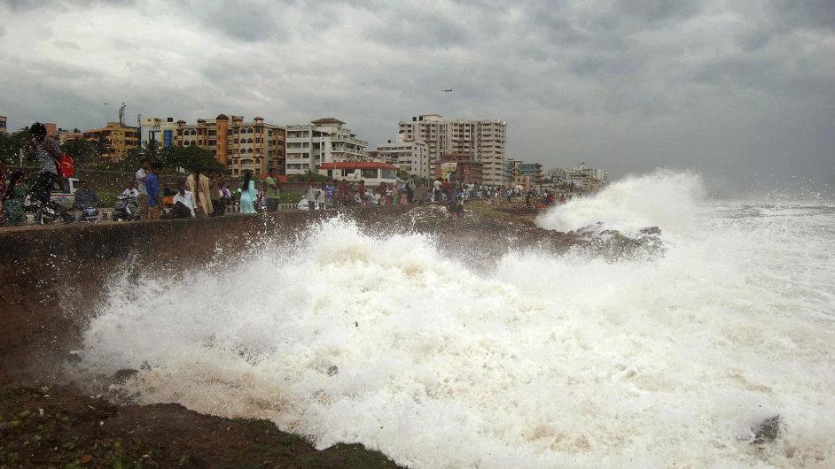 Rozbouřené moře bičuje východoindické pobřeží