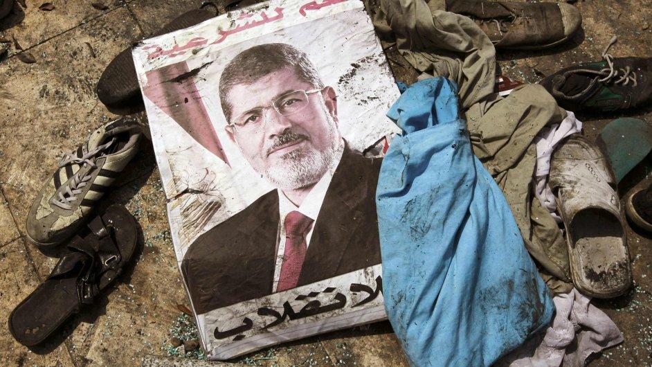 Plakát s bývalým prezidentem Muhammadem Mursím