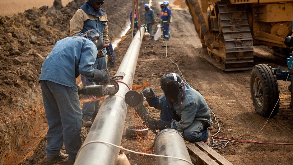 Spojování potrubí plynovodu (Ilustrační foto).