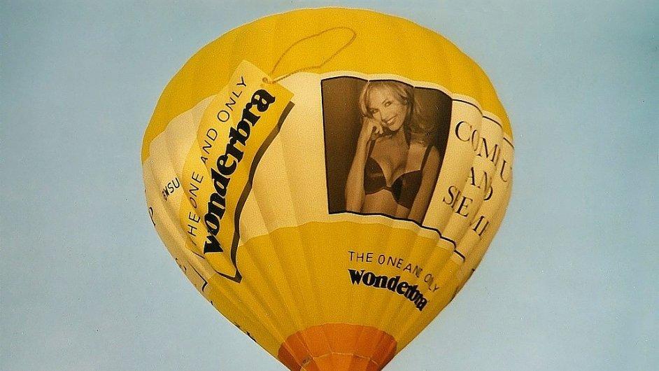Tváří značky Wonderbra byla také česká modelka Eva Herzigová.