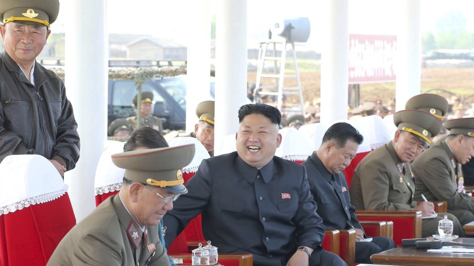 Severokorejský vůdce Kim Čong-un v květnu na letecké přehlídce