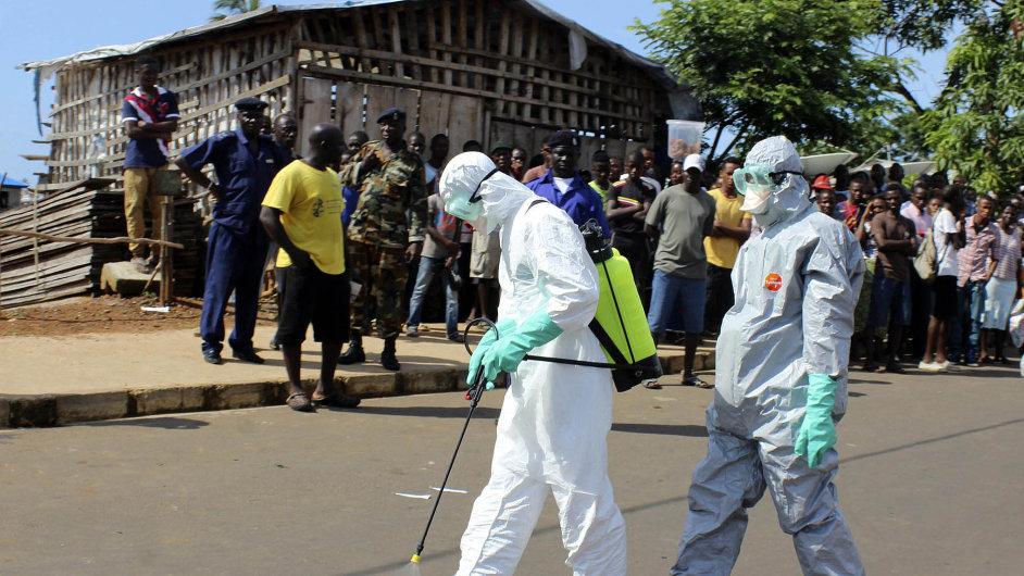 Hlavně se nenakazit Zdravotníci ve Freetownu v Sieře Leone se dezinfikují poté, co odnesli tělo ženy, která zemřela na ebolu.