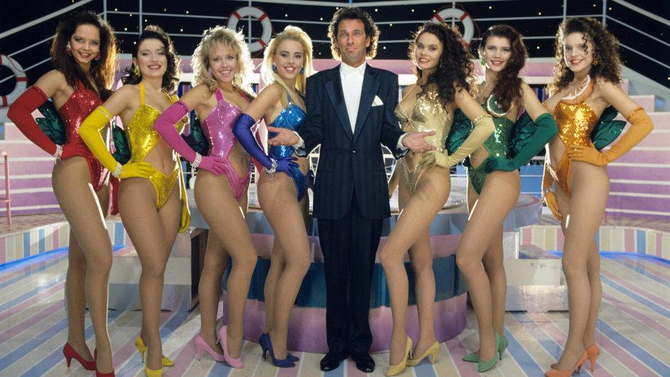 Moderátor Hugo Egon Balder obklopen slečnami v pořadu Tutti Frutti