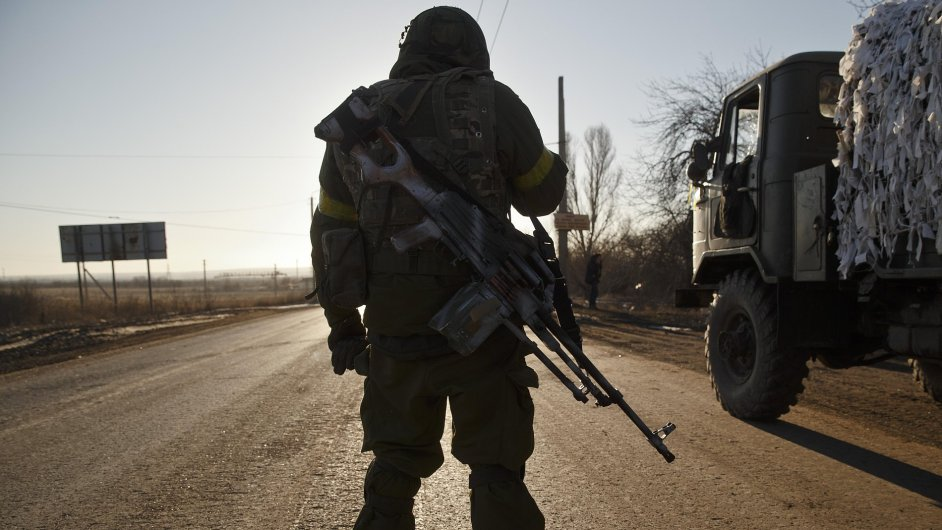 Ukrajinský voják opouští Debalceve.