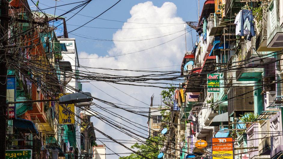 Sedmimilionový Rangún, největší a původně hlavní město přejmenované na Yankoun, sice roste, ale vláda ho zanedbává.