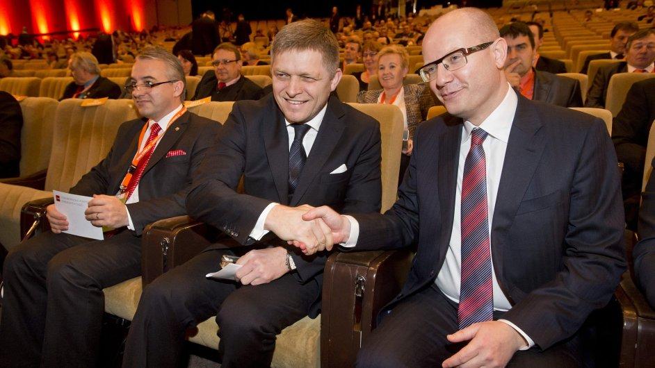 Slovenský premiér Robert Fico a jeho český protějšek Bohuslav Sobotka na sjezdu ČSSD