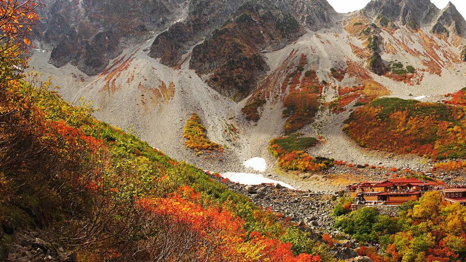 V jedné z nejkrásnějších dolin pohoří Hida (Severní Alpy) leží chata Karasawa.