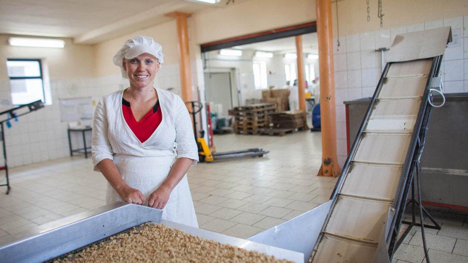 Královna oříšků. Petra Vránová, dcera zakladatelky firmy Alika, bude nyní do výroby chodit častěji. Rodiče totiž jí a její sestře podnik postupně předávají.