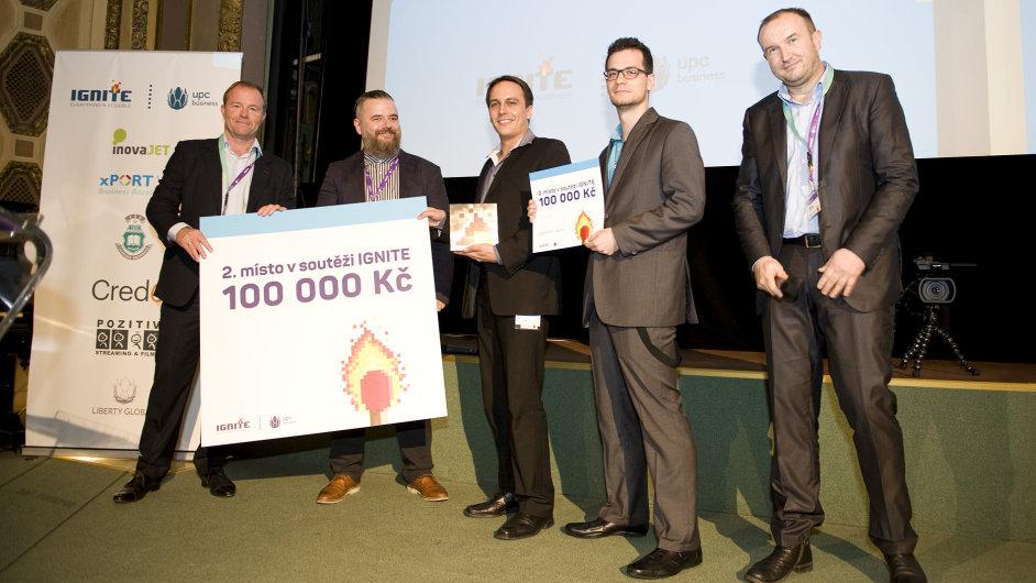 Jan Sovák (uprostřed) s porotci soutěže Ignite, ve které získal jeho projekt EasyCargo druhé místo.