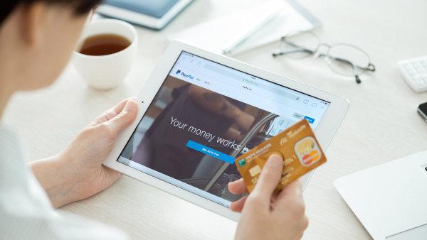 Místo platebních karet mohou Číňané začít platit pomocí iPhonu, iPadu či chytrých hodinek.