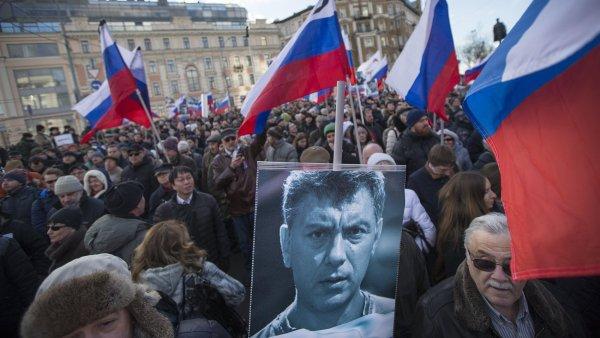 V Moskv� se shrom�dily tis�ce lid�, aby si p�ipomn�ly vra�du opozi�n�ho politika Borise N�mcova.
