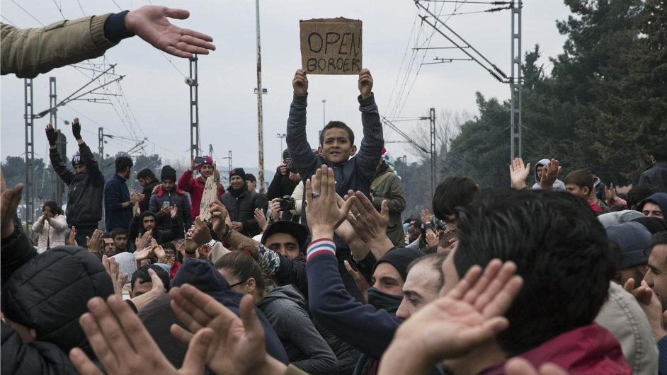 Konflikt nahranicích:Nařecko-makedonské hranici se nahromadilo sedm tisíc lidí. Úřady otevírají přechod jen omezeně. Proto došlo ikekonfliktu.