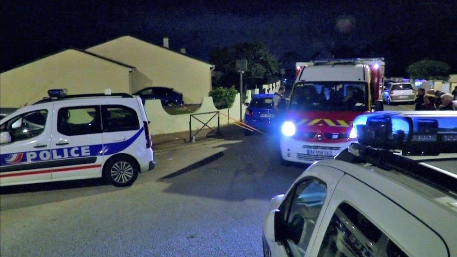 Policejní vozy nedaleko místa, kde islámský radikál ubodal svou oběť.