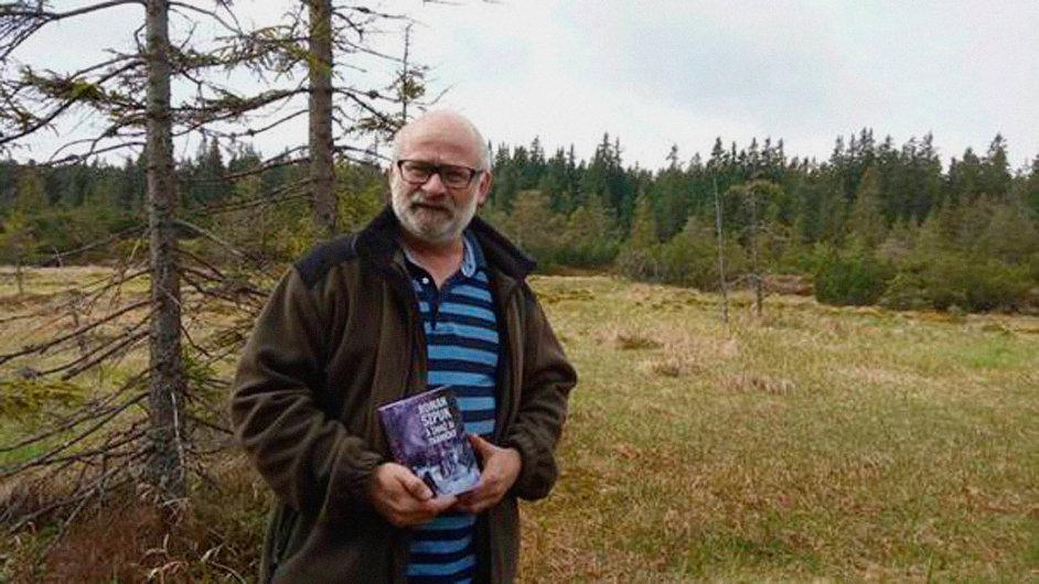 Roman Szpuk se svojí novou knihou A zavaž si tkaničky.