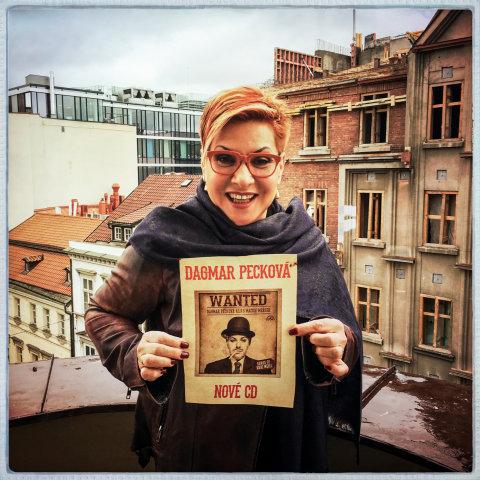 Mezzosopranistka Dagmar Pecková pózuje s plakátem na sérii představení Wanted.