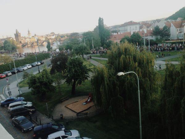 Průvod demonstrujících proti Andreji Babišovi a Miloši Zemanovi.