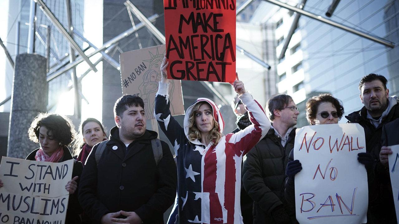 Už 900 diplomatů podepsalo prohlášení protestující proti rozhodnutí prezidenta Donalda Trumpa pozastavit přistěhovalecké programy.