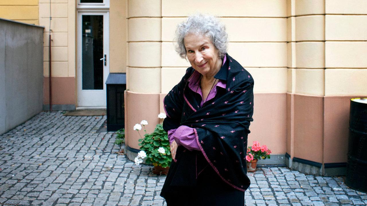 Margaret Atwoodová už ve středu dopoledne zapózovala fotografce Hospodářských novin.