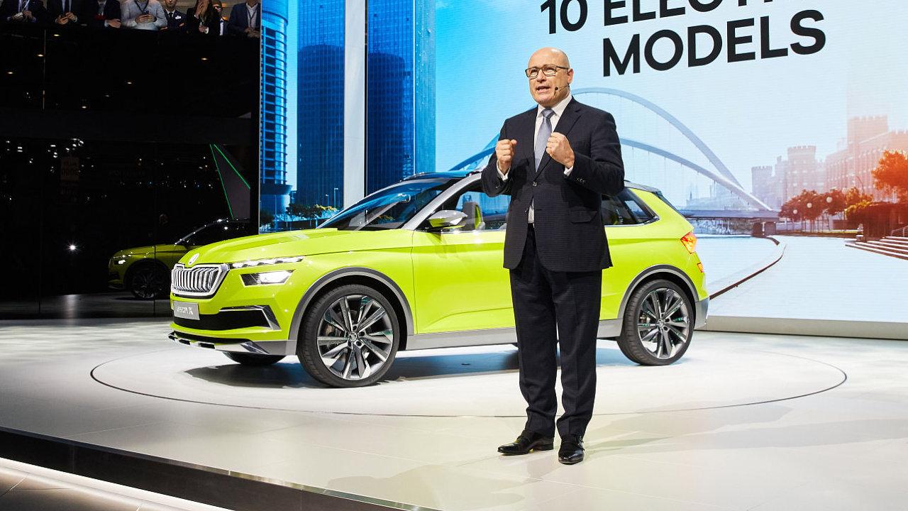 Šéf Škoda Auto Bernhard Maier prezentuje v Ženevě koncept Vision X.