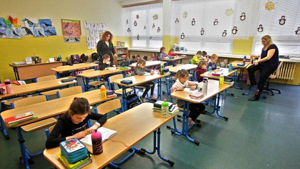 Školské odbory požadovaly navýšení tarifů o deset procent, premiér Andrej Babiš a ministr školství Robert Plaga navrhují růst základů platů o osm procent. - Ilustrační foto.
