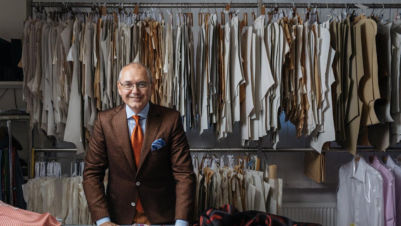 Patrik Dařílek ve své dílně na luxusní oblečení