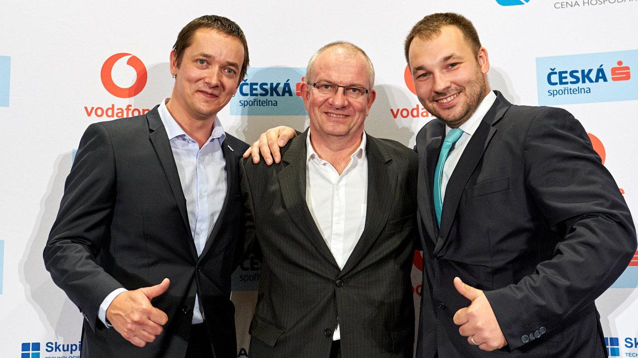Nejlepší krajský živnostník Karel Kolínek (vpravo) se zástupci vítězné firmy regionu - Retigo. Spolumajitel společnosti Libor Pavelka (uprostřed) a marketingový manažer firmy Pavel Vokatý.