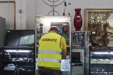 Návrhy reagují na situaci, kdy v Česku čelí exekucím přes 6500 dětí a další desetitisíce dospělých si svoje dluhy přinesly z dětství.