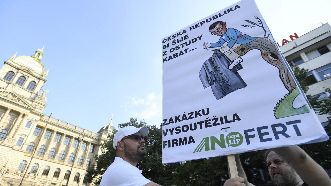 Pod tlakem. Premiér Andrej Babiš je ponořen doproblémů se střetem zájmů, útočí naněj opozice av úterý se proti němu naVáclavském náměstí vPraze sešla dosud největší demonstrace.
