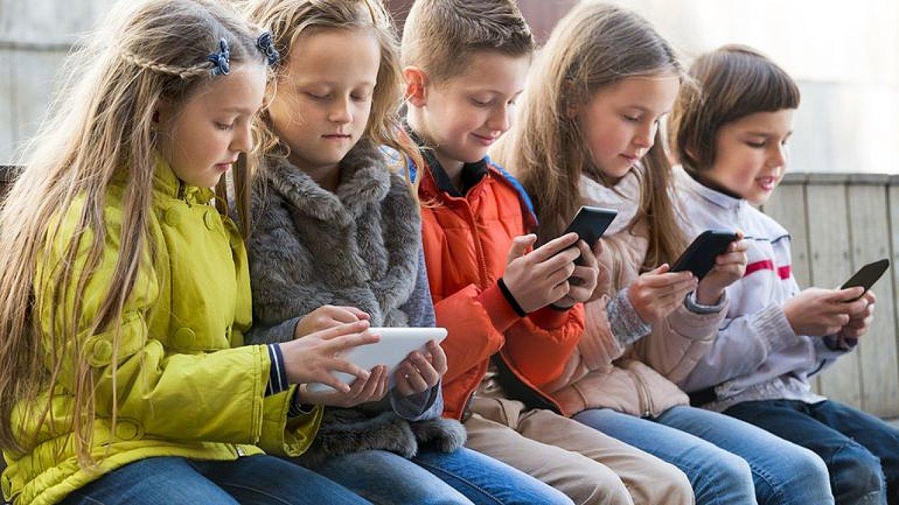 Z mobilů je náš partner, děti mají deprese, hrozí kolaps společnosti, říká lékař