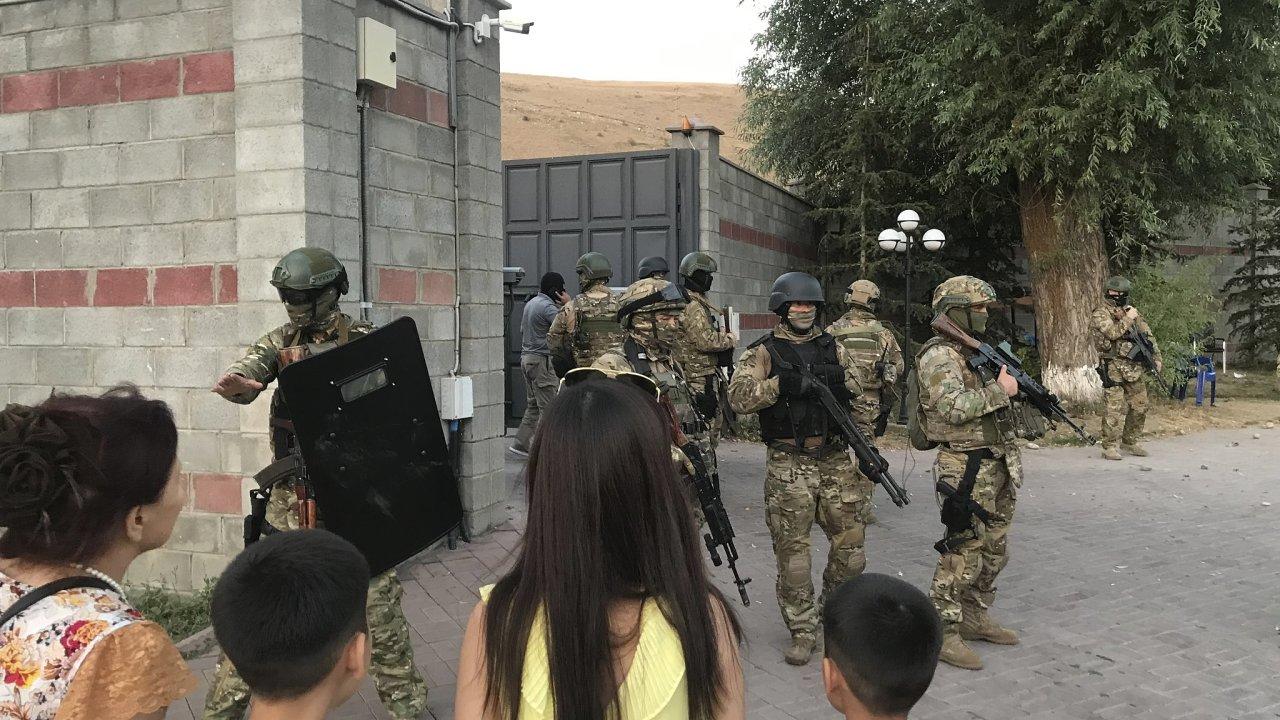 Kyrgyzstán, Bývalý kyrgyzský prezident Almazbek Atambajev, který je podezřelý z podvodného a korupčního jednání, se dnes po dvoudenním obléhání své rezidence těžkooděnci vzdal policii.