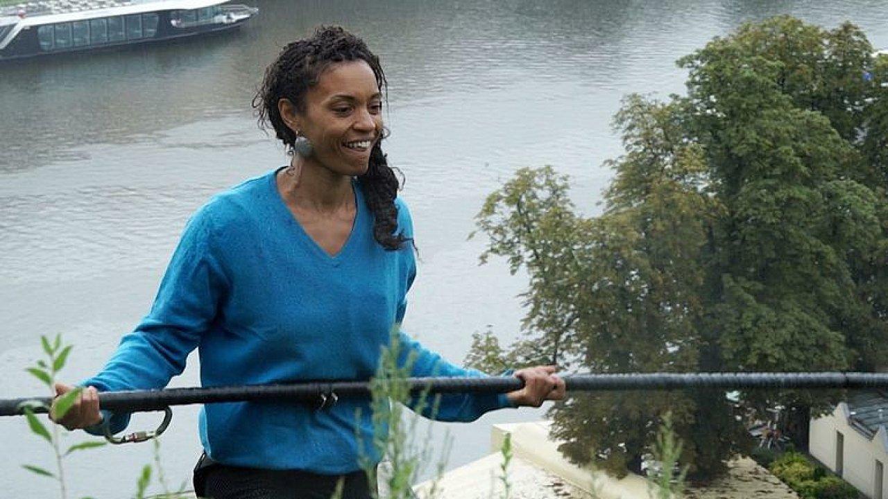 Bez jištění 35 metrů nad hladinou. Nebojím se, říká žena, která po laně přejde Vltavu.
