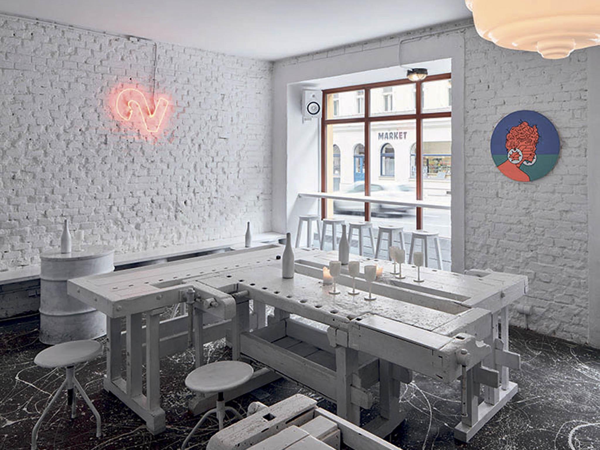 Sen galeristy Richarda Preislera se díky designérům Janu Plecháčovi aHenrymu Wielgusovi proměnil veskutečnost. Dvojka je vinný bar bez zprofanované provensálské inspirace.