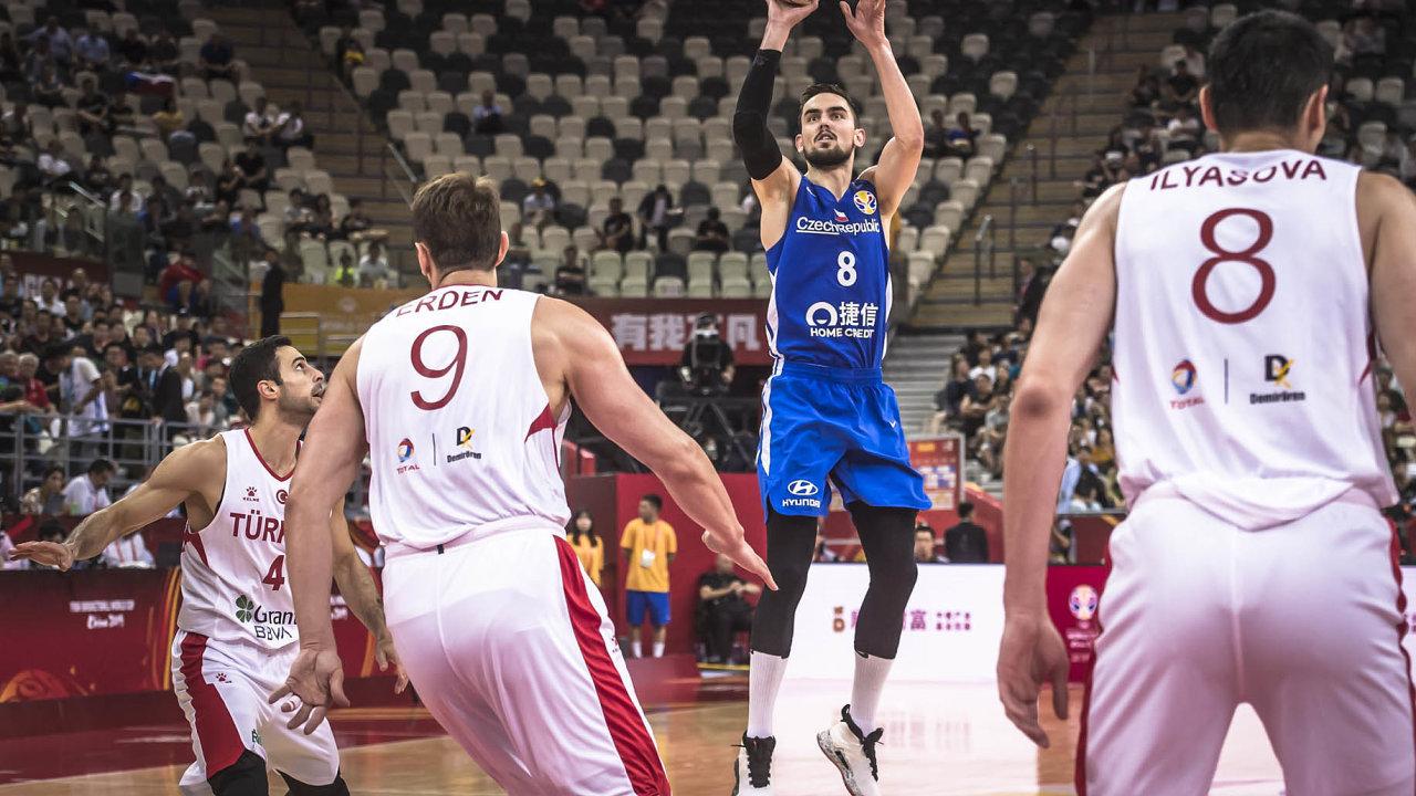 Čeští basketbalisté nazávěr osmifinálové skupiny mistrovství světa vČíně prohráli 77:84 sŘeckem, ale přesto si vestředu zahrají večtvrtfinále.