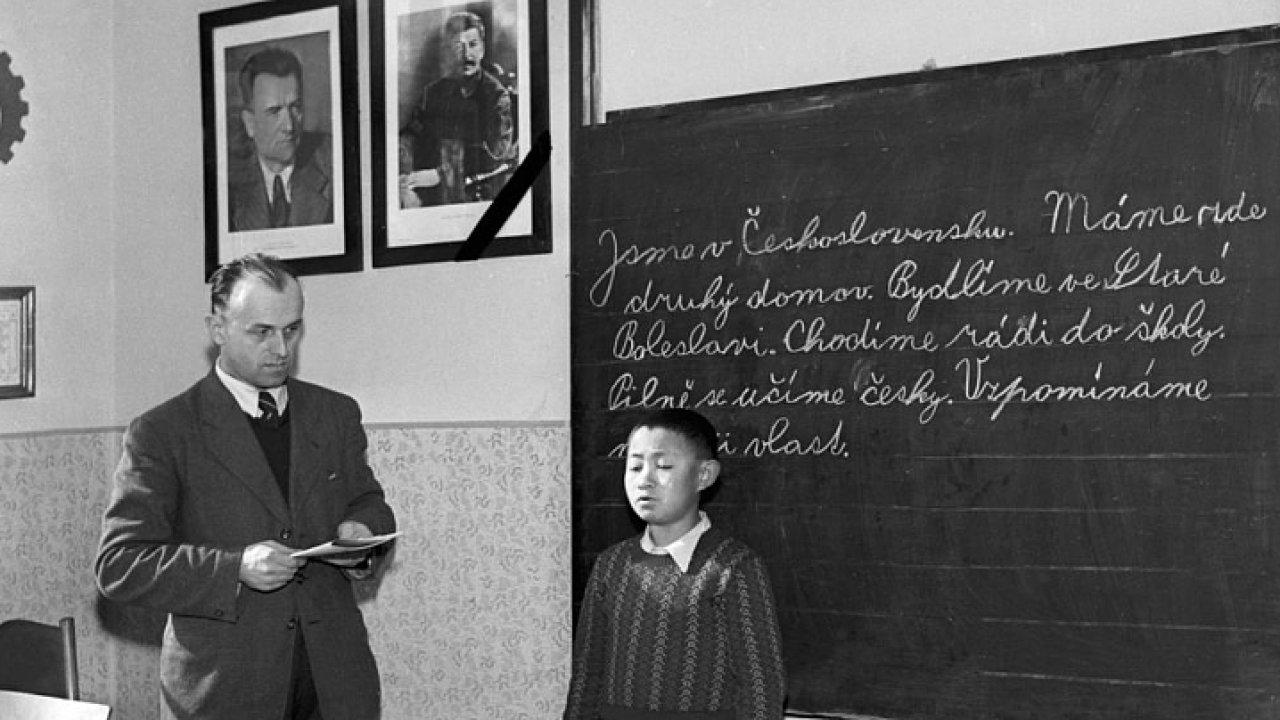 Na snímku je příklad použitého historického pramenu v jedné z těchto lekcí - fotografie korejského chlapečka, který byl přijat do české školy v roce 1953, kdy v jeho zemi probíhala občanská válka.
