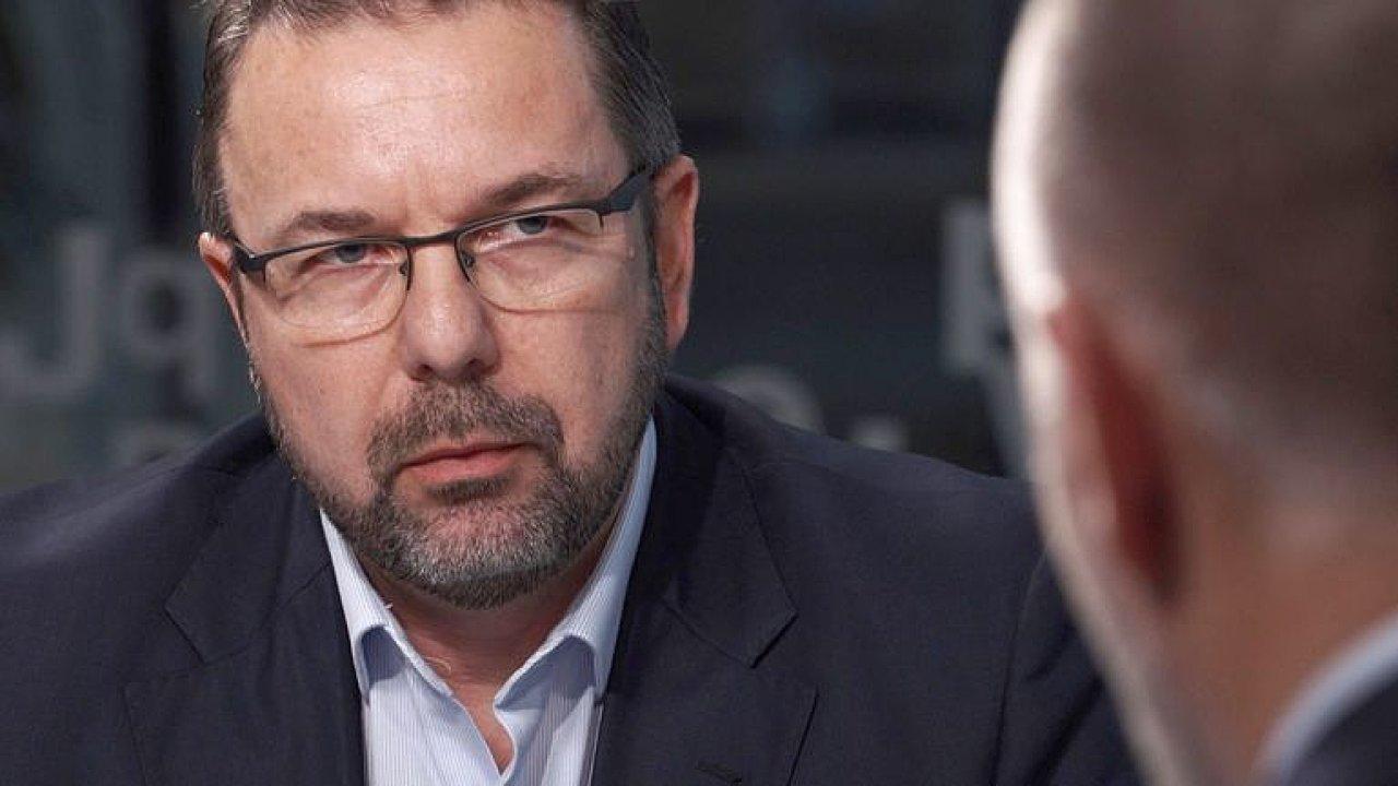 Ministerstvo v pasti: Je závislé na firmě, které platí stamiliony ročně, říká Károly.