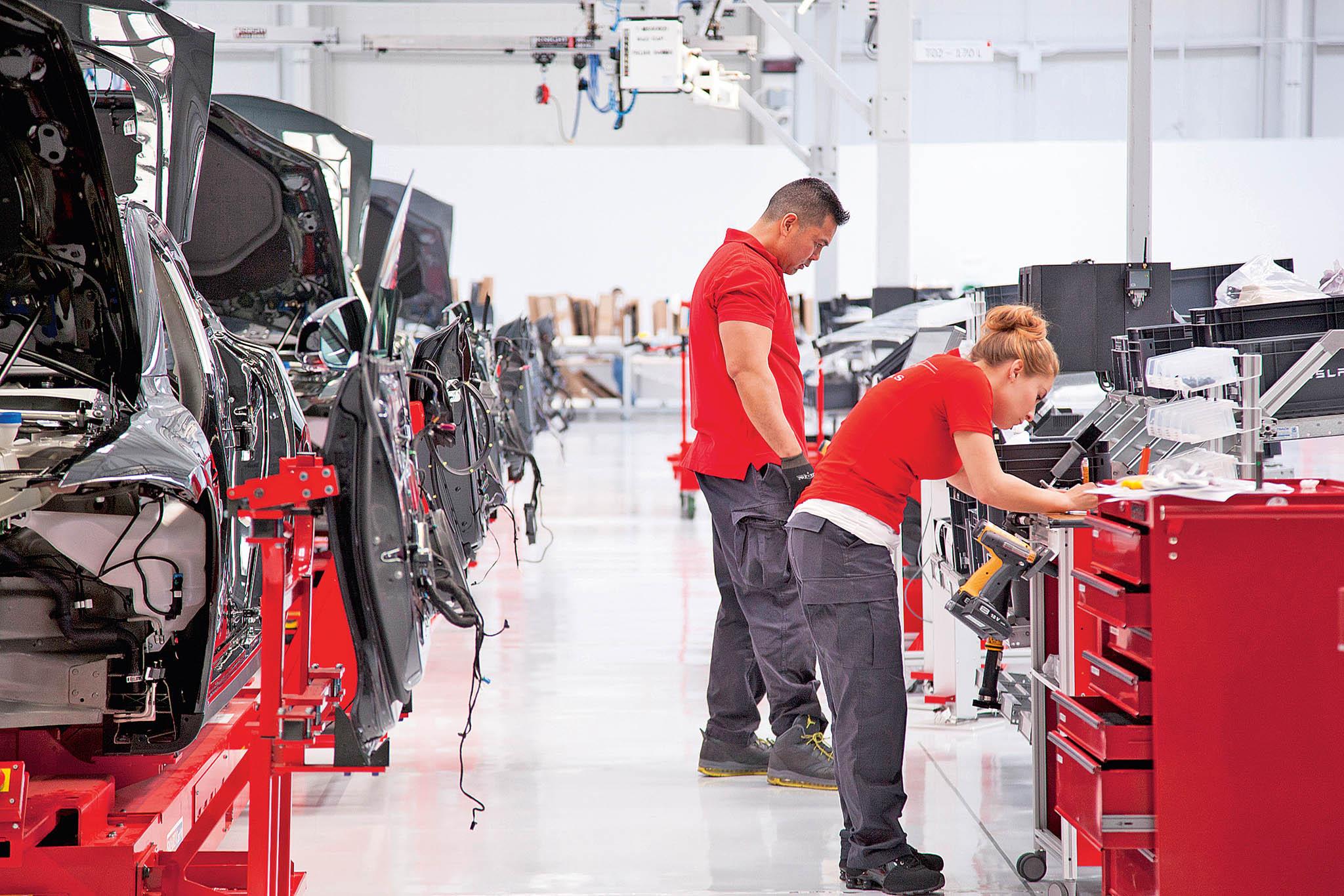 Ani robotizovaná továrna se neobejde bez lidí.