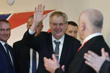 Prezident a čestný předseda Strany práv občanů – Zemanovci Miloš Zeman zdraví účastníky sobotního volebního sjezdu strany. Zcela vlevo se usmívá ředitel hradního protokolu Vladimír Kruliš.